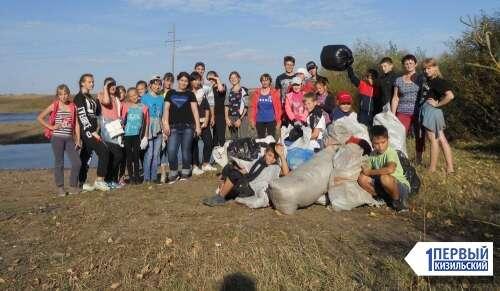 Этой традиции – 20 лет. Сыртинские школьники очистили берег Урала от мусора