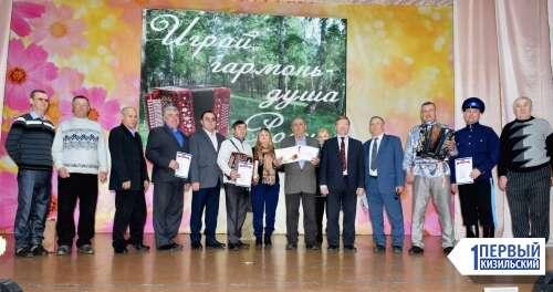 Играй, тальяночка! В Кизиле прошел первый в истории района конкурс гармонистов