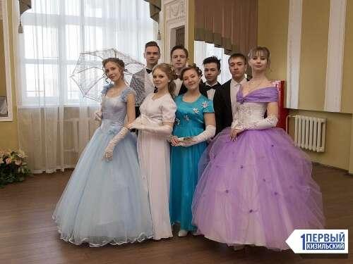 Платье в пол, перчатки, веер. Кизильские ребята посетили фестиваль исторических танцев